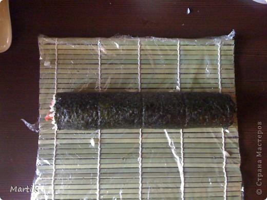 Для суши я использовала: 2 стакана риса(специальный для суши или же можно взять обычный рис,но только круглый!!!) Сегодня я использовала обычный круглый рис. 3 стакана воды(кипяток) листы нори филе сельди крабовые палочки сметана(домашняя) соевый соус васаби маринованный имбирь бамбуковый коврик пищевая пленка палочки для суши фото 13