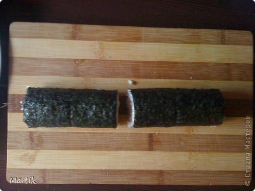 Для суши я использовала: 2 стакана риса(специальный для суши или же можно взять обычный рис,но только круглый!!!) Сегодня я использовала обычный круглый рис. 3 стакана воды(кипяток) листы нори филе сельди крабовые палочки сметана(домашняя) соевый соус васаби маринованный имбирь бамбуковый коврик пищевая пленка палочки для суши фото 14