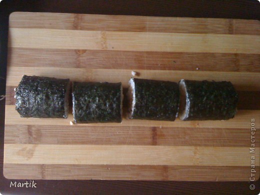 Для суши я использовала: 2 стакана риса(специальный для суши или же можно взять обычный рис,но только круглый!!!) Сегодня я использовала обычный круглый рис. 3 стакана воды(кипяток) листы нори филе сельди крабовые палочки сметана(домашняя) соевый соус васаби маринованный имбирь бамбуковый коврик пищевая пленка палочки для суши фото 15
