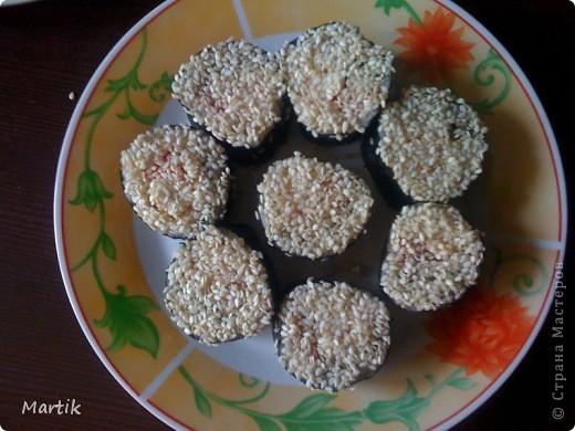 Для суши я использовала: 2 стакана риса(специальный для суши или же можно взять обычный рис,но только круглый!!!) Сегодня я использовала обычный круглый рис. 3 стакана воды(кипяток) листы нори филе сельди крабовые палочки сметана(домашняя) соевый соус васаби маринованный имбирь бамбуковый коврик пищевая пленка палочки для суши фото 19