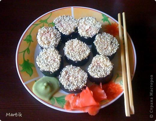 Для суши я использовала: 2 стакана риса(специальный для суши или же можно взять обычный рис,но только круглый!!!) Сегодня я использовала обычный круглый рис. 3 стакана воды(кипяток) листы нори филе сельди крабовые палочки сметана(домашняя) соевый соус васаби маринованный имбирь бамбуковый коврик пищевая пленка палочки для суши фото 1