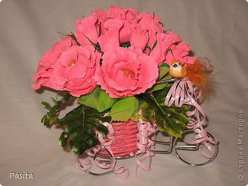 Вот такой сладкий подарок на велосипедике у меня собрался. В больших розах конфеты Золотые купола, а в бутонах - Вишня в шоколаде. фото 1