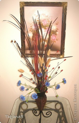 Композиция выполнена из цветов васильков из холодного фарфора и сухоцветов. Сухоцветы трава, колоски злаков и окрашенные коробочки настоящих васильков. фото 1