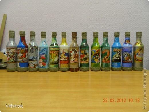 Насмотревшись в интернете про декупаж бутылок очень захотелось сделать что нибудь эдокое. и к 23 февраля мы на работе всем рабочим коллективом натворили эти бутылочки.  фото 1