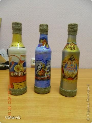 Насмотревшись в интернете про декупаж бутылок очень захотелось сделать что нибудь эдокое. и к 23 февраля мы на работе всем рабочим коллективом натворили эти бутылочки.  фото 2