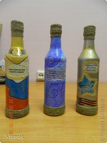 Насмотревшись в интернете про декупаж бутылок очень захотелось сделать что нибудь эдокое. и к 23 февраля мы на работе всем рабочим коллективом натворили эти бутылочки.  фото 3