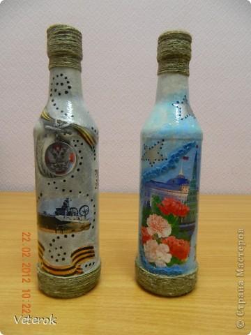 Насмотревшись в интернете про декупаж бутылок очень захотелось сделать что нибудь эдокое. и к 23 февраля мы на работе всем рабочим коллективом натворили эти бутылочки.  фото 4