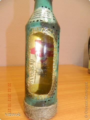 Насмотревшись в интернете про декупаж бутылок очень захотелось сделать что нибудь эдокое. и к 23 февраля мы на работе всем рабочим коллективом натворили эти бутылочки.  фото 6