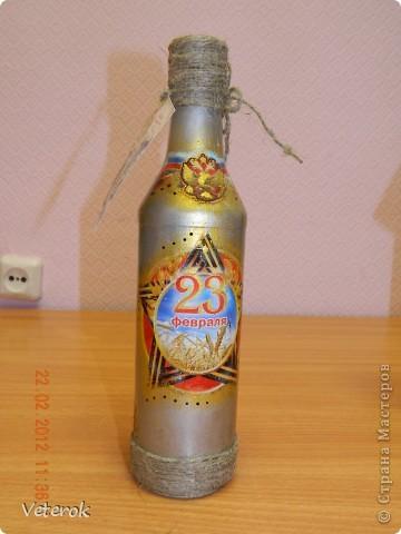 Насмотревшись в интернете про декупаж бутылок очень захотелось сделать что нибудь эдокое. и к 23 февраля мы на работе всем рабочим коллективом натворили эти бутылочки.  фото 11