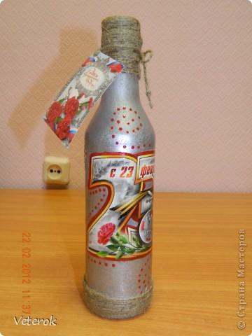 Насмотревшись в интернете про декупаж бутылок очень захотелось сделать что нибудь эдокое. и к 23 февраля мы на работе всем рабочим коллективом натворили эти бутылочки.  фото 10