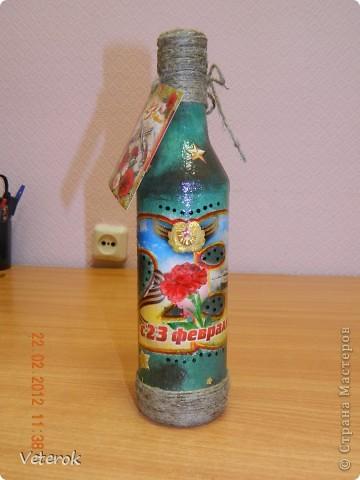 Насмотревшись в интернете про декупаж бутылок очень захотелось сделать что нибудь эдокое. и к 23 февраля мы на работе всем рабочим коллективом натворили эти бутылочки.  фото 12