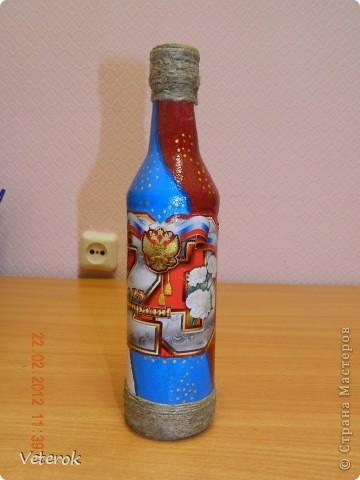 Насмотревшись в интернете про декупаж бутылок очень захотелось сделать что нибудь эдокое. и к 23 февраля мы на работе всем рабочим коллективом натворили эти бутылочки.  фото 9