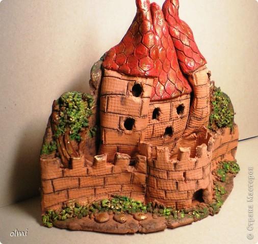 """Это подсвечник-панно из терракотовой глины. Оставила замок в естественном цвете, выделив """"кирпичи"""" разбавленным черным акрилом. фото 6"""
