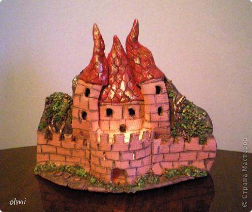 """Это подсвечник-панно из терракотовой глины. Оставила замок в естественном цвете, выделив """"кирпичи"""" разбавленным черным акрилом. фото 1"""