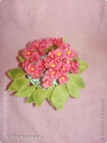 Очень сильно расстроилась, сделала цветочки из холодного фарфора, а они когда высохли - побелели и потрескались. Ну вот не нашла ничего лучше как просто воткнуть их в горшочек ( не выкидывать же теперь).