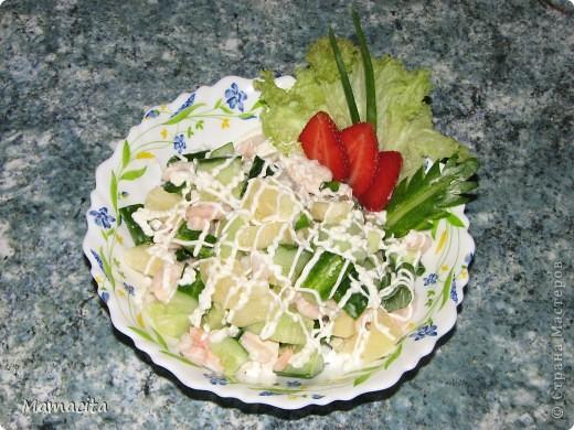 """Еще один мой любимый салатик (и не только мой, по чести сказать)! Вкусный и легкий! И с очень неожиданным """"поворотом"""", так сказать, ОДИН рецепт ДВУХ салатов! У него всего два «недостатка», с одним из которых просто приходится смириться, а со вторым – «раскошелиться». В чем его недостатки? Ну во-первых салат ооочень быстро заканчивается, а во вторых – покупая (в целях экономии) неочищенные креветки, борюсь с собой в процессе чистки, чтоб не отъесть большую половину. Естественно борьбу проигрываю и в итоге экономить на нем не получается :) НО!!! Вкусовые качества салата с лихвой покрывают все его «недостатки» ;)  На фото, как всегда, двойная порция ингредиентов, ну не могу я свои любимые салаты готовить маленькими порциями… Итак, приступим... фото 5"""