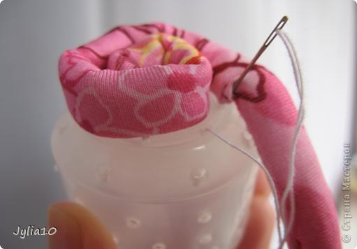 Вот такая игрушка у меня получилась благодаря Тимофеевне,ей огромное спасибо за идею с божьими коровками.Но т. к. я все люблю усложнять,решила пробочки обшить тканью и сделать аппликацию,потому что рисовать совсем не умею,больше дружу со швейной машинкой. фото 11