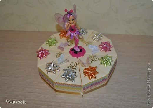 2 июня моей доченьке исполнится 6 лет и к детскому празднику я решила сделать вот такой тортик, внутри каждого кусочка сладости для гостей фото 2