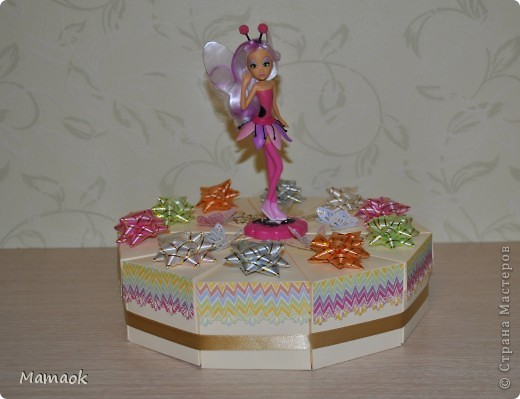 2 июня моей доченьке исполнится 6 лет и к детскому празднику я решила сделать вот такой тортик, внутри каждого кусочка сладости для гостей фото 1