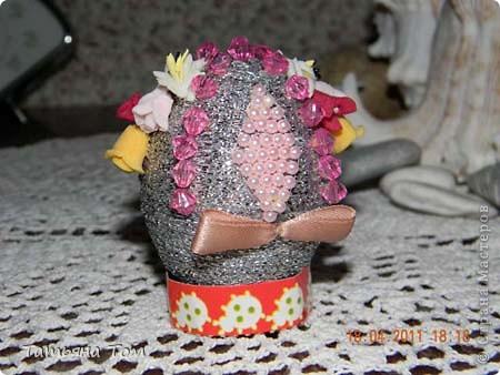 В моей огромной компьютерной куче рукодельных фоток наконец-то нашла яйца, которые декорировала в подарок своим подружкам на прошлую Пасху.  Это обмотала атласной ленточкой и приклеила полупрозрачные бусинки и бабочки из набора: фото 2