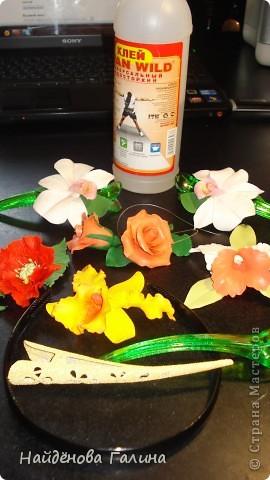 Доброго времени суток, дорогие мастера и мастерицы! Очень требуется Ваша помощь! Подскажите,ПОЖАЛУЙСТА, как закрепить цветы на заколки и ободки.Налепила цветов,а как  и чем лучше закрепить их на гладких заколках-прицепках и ободках, качественно и надежно, не знаю. На заднем плане две уже готовых заколки.Клеила на клей ТИТАН,но результат не очень нравится (виден блеск от клея и думаю,что не надежно держаться будет). Если у кого то имеется опыт крепления цветов на заколки ПРОШУ ПОМОЩИ!!!!!!!!!!!!!! Хочется сделать красиво ,качественно и надежно.  фото 1