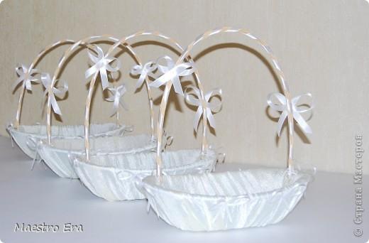 Корзиночки для лепестков, мелочи и зерен, которыми принято посыпать молодоженов на свадьбе.