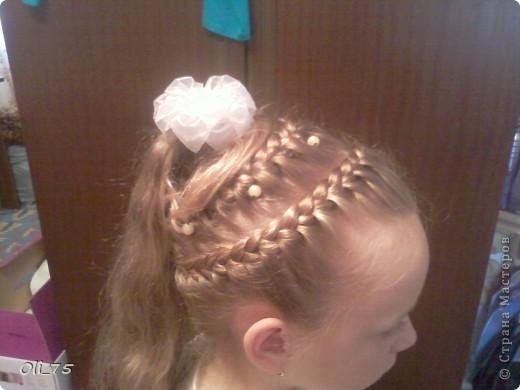 Пришлось мне в прошлом году на линейку дочу собирать. Волосы у нас длинные, а прическу мне захотелось необычную. Руки-то у меня растут не откуда надо, да больно хочется чего-нибудь этакого..... Вот и получилось.  фото 2