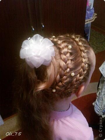 Пришлось мне в прошлом году на линейку дочу собирать. Волосы у нас длинные, а прическу мне захотелось необычную. Руки-то у меня растут не откуда надо, да больно хочется чего-нибудь этакого..... Вот и получилось.  фото 1
