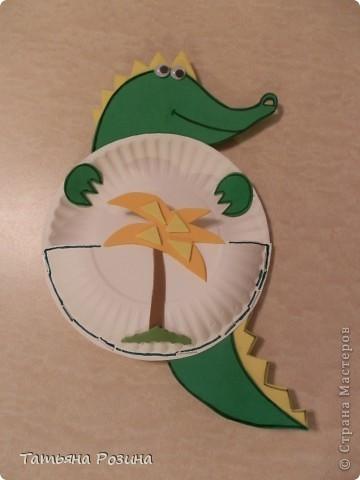 Вот такой крокодил-карманчик сделан из одноразовых бумажных тарелочек маленького размера. Аппликация сделана из картона. Все детали склеивались двусторонним  скотчем. что под силу малышу. Контуры, выполненные  черным фломастером  для  яркости, конечно, должен помочь сделать взрослый.  фото 2