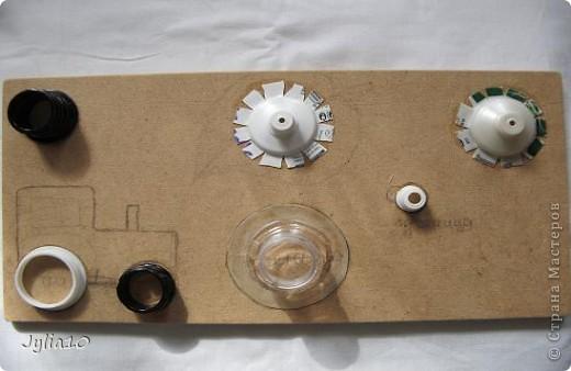 Вот такая игрушка у меня получилась благодаря Тимофеевне,ей огромное спасибо за идею с божьими коровками.Но т. к. я все люблю усложнять,решила пробочки обшить тканью и сделать аппликацию,потому что рисовать совсем не умею,больше дружу со швейной машинкой. фото 14