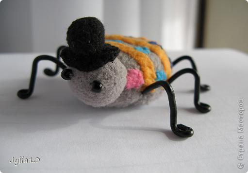 Вот такая игрушка у меня получилась благодаря Тимофеевне,ей огромное спасибо за идею с божьими коровками.Но т. к. я все люблю усложнять,решила пробочки обшить тканью и сделать аппликацию,потому что рисовать совсем не умею,больше дружу со швейной машинкой. фото 3