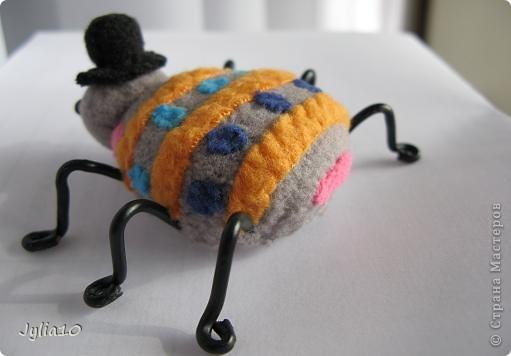 Вот такая игрушка у меня получилась благодаря Тимофеевне,ей огромное спасибо за идею с божьими коровками.Но т. к. я все люблю усложнять,решила пробочки обшить тканью и сделать аппликацию,потому что рисовать совсем не умею,больше дружу со швейной машинкой. фото 4