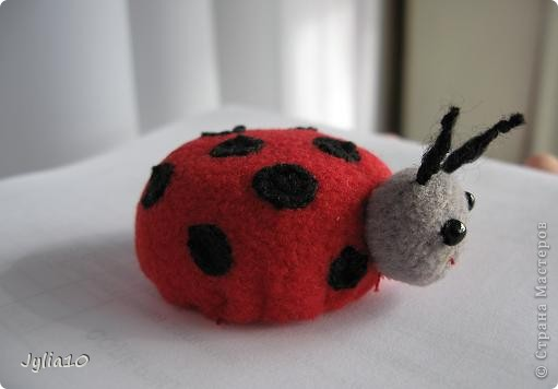 Вот такая игрушка у меня получилась благодаря Тимофеевне,ей огромное спасибо за идею с божьими коровками.Но т. к. я все люблю усложнять,решила пробочки обшить тканью и сделать аппликацию,потому что рисовать совсем не умею,больше дружу со швейной машинкой. фото 5