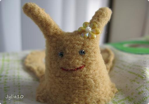 Вот такая игрушка у меня получилась благодаря Тимофеевне,ей огромное спасибо за идею с божьими коровками.Но т. к. я все люблю усложнять,решила пробочки обшить тканью и сделать аппликацию,потому что рисовать совсем не умею,больше дружу со швейной машинкой. фото 7
