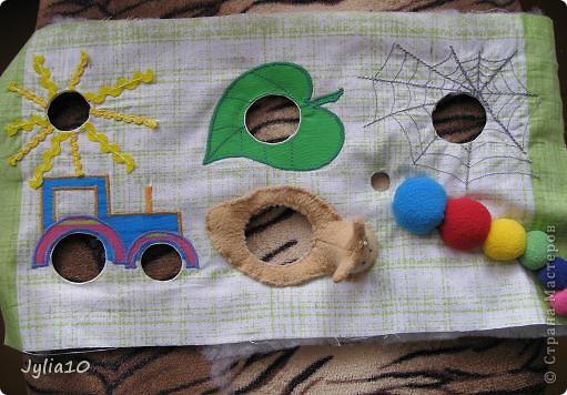 Вот такая игрушка у меня получилась благодаря Тимофеевне,ей огромное спасибо за идею с божьими коровками.Но т. к. я все люблю усложнять,решила пробочки обшить тканью и сделать аппликацию,потому что рисовать совсем не умею,больше дружу со швейной машинкой. фото 15