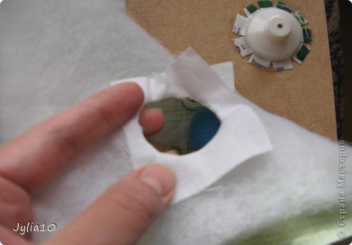 Вот такая игрушка у меня получилась благодаря Тимофеевне,ей огромное спасибо за идею с божьими коровками.Но т. к. я все люблю усложнять,решила пробочки обшить тканью и сделать аппликацию,потому что рисовать совсем не умею,больше дружу со швейной машинкой. фото 16