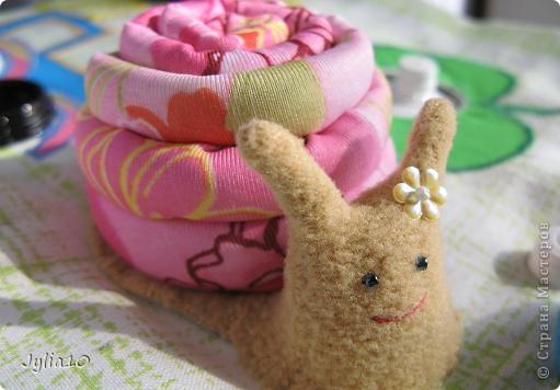 Вот такая игрушка у меня получилась благодаря Тимофеевне,ей огромное спасибо за идею с божьими коровками.Но т. к. я все люблю усложнять,решила пробочки обшить тканью и сделать аппликацию,потому что рисовать совсем не умею,больше дружу со швейной машинкой. фото 12