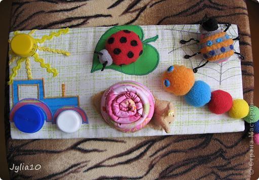 Вот такая игрушка у меня получилась благодаря Тимофеевне,ей огромное спасибо за идею с божьими коровками.Но т. к. я все люблю усложнять,решила пробочки обшить тканью и сделать аппликацию,потому что рисовать совсем не умею,больше дружу со швейной машинкой. фото 1