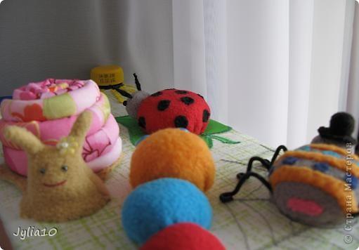 Вот такая игрушка у меня получилась благодаря Тимофеевне,ей огромное спасибо за идею с божьими коровками.Но т. к. я все люблю усложнять,решила пробочки обшить тканью и сделать аппликацию,потому что рисовать совсем не умею,больше дружу со швейной машинкой. фото 18