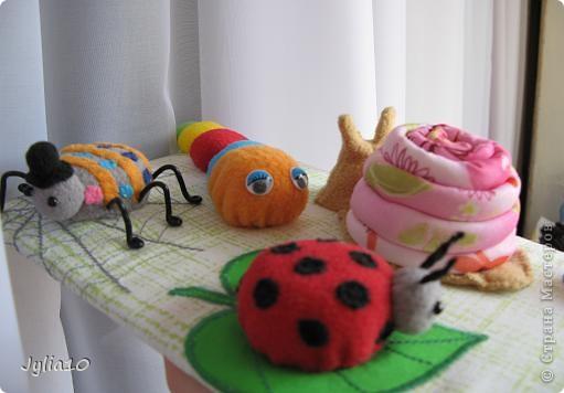 Вот такая игрушка у меня получилась благодаря Тимофеевне,ей огромное спасибо за идею с божьими коровками.Но т. к. я все люблю усложнять,решила пробочки обшить тканью и сделать аппликацию,потому что рисовать совсем не умею,больше дружу со швейной машинкой. фото 19