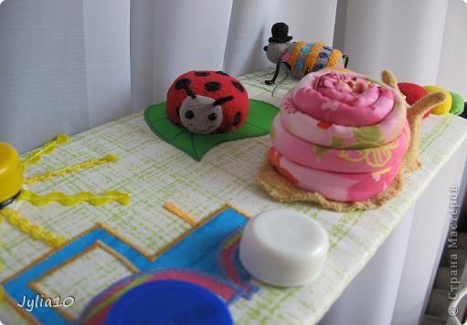 Вот такая игрушка у меня получилась благодаря Тимофеевне,ей огромное спасибо за идею с божьими коровками.Но т. к. я все люблю усложнять,решила пробочки обшить тканью и сделать аппликацию,потому что рисовать совсем не умею,больше дружу со швейной машинкой. фото 20