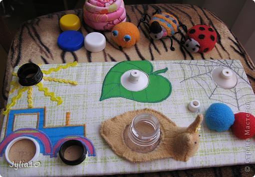 Вот такая игрушка у меня получилась благодаря Тимофеевне,ей огромное спасибо за идею с божьими коровками.Но т. к. я все люблю усложнять,решила пробочки обшить тканью и сделать аппликацию,потому что рисовать совсем не умею,больше дружу со швейной машинкой. фото 2