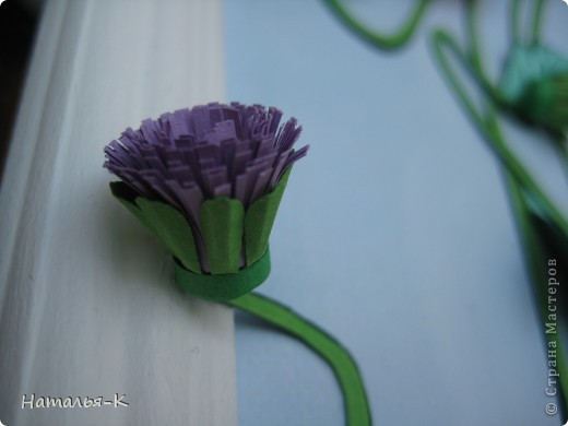 Котёночек Маrie. Чтобы показать какая она маленькая, посадила её позировать в большие цветы и листья. Панно выполнено по заказу моей старшей внучки Алины. Приготовьтесь, фотографий будет много. Рамочка - натянутый холст для художников. Размер 40 х 50 см. Обрамление из потолочных плинтусов (стеропор) фото 7