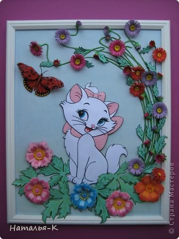 Котёночек Маrie. Чтобы показать какая она маленькая, посадила её позировать в большие цветы и листья. Панно выполнено по заказу моей старшей внучки Алины. Приготовьтесь, фотографий будет много. Рамочка - натянутый холст для художников. Размер 40 х 50 см. Обрамление из потолочных плинтусов (стеропор) фото 1