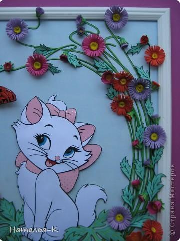 Котёночек Маrie. Чтобы показать какая она маленькая, посадила её позировать в большие цветы и листья. Панно выполнено по заказу моей старшей внучки Алины. Приготовьтесь, фотографий будет много. Рамочка - натянутый холст для художников. Размер 40 х 50 см. Обрамление из потолочных плинтусов (стеропор) фото 4