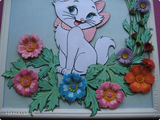 Котёночек Маrie. Чтобы показать какая она маленькая, посадила её позировать в большие цветы и листья. Панно выполнено по заказу моей старшей внучки Алины. Приготовьтесь, фотографий будет много. Рамочка - натянутый холст для художников. Размер 40 х 50 см. Обрамление из потолочных плинтусов (стеропор) фото 5