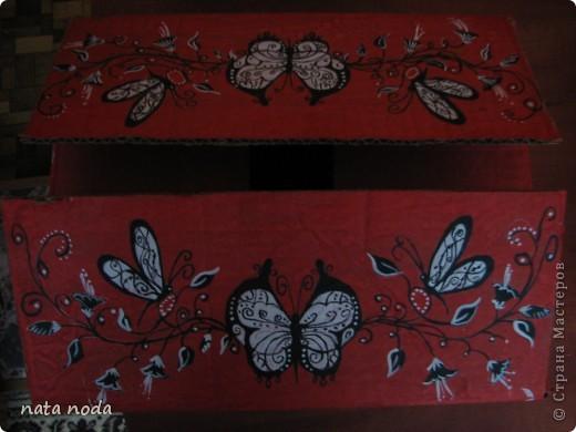 долго думала как мне расписать мое чудо коробочку и вдохновением явилась работа http://stranamasterov.ru/user/68325? спасибо огромное!!!!  рисовала по разному , сначала на бумаге, потом вырезала и делала как трафарет, но потом я решила рисовать сразу карандашом, а потом красками!! ну вроде получилось!! первая сторона фото 7