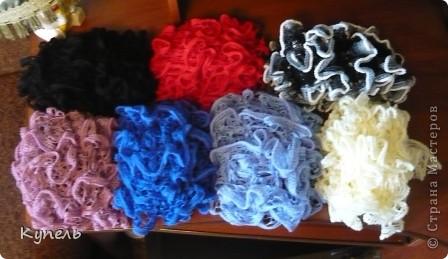 Два дня назад выдался свободный вечерок и я его посвятила вязанию шарфиков из ленточной пряжи Дантелла. за 3 часа связала 6 шарфиков. Хочу вам их сегодня показать. Вот они перед вами, готовы к упаковке по пакетикам к хранению. В их числе белый, который был связан ранее. фото 1