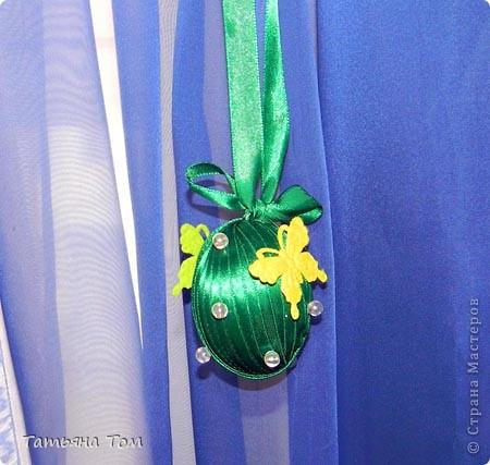 В моей огромной компьютерной куче рукодельных фоток наконец-то нашла яйца, которые декорировала в подарок своим подружкам на прошлую Пасху.  Это обмотала атласной ленточкой и приклеила полупрозрачные бусинки и бабочки из набора: фото 1