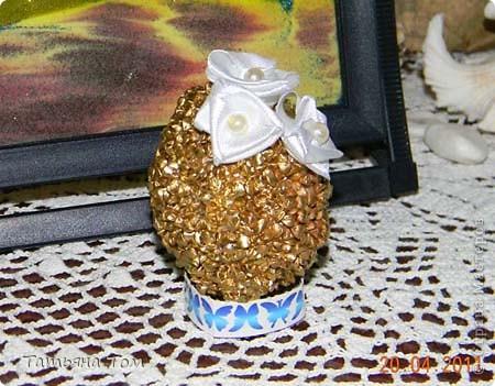 В моей огромной компьютерной куче рукодельных фоток наконец-то нашла яйца, которые декорировала в подарок своим подружкам на прошлую Пасху.  Это обмотала атласной ленточкой и приклеила полупрозрачные бусинки и бабочки из набора: фото 3